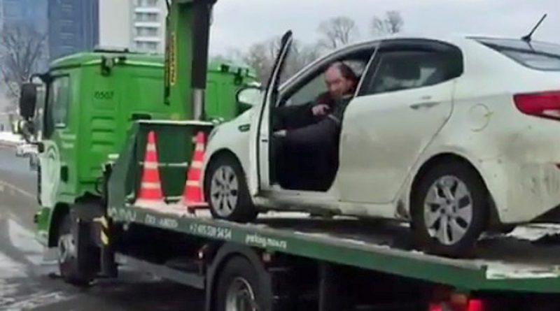 Besni Rus se je uprl policistom